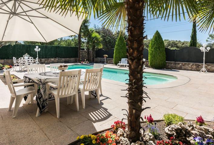 Alojamiento en la sierra con piscina climatizada for Piscinas en la sierra de madrid