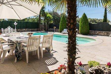 Alojamiento con piscina de agua caliente.