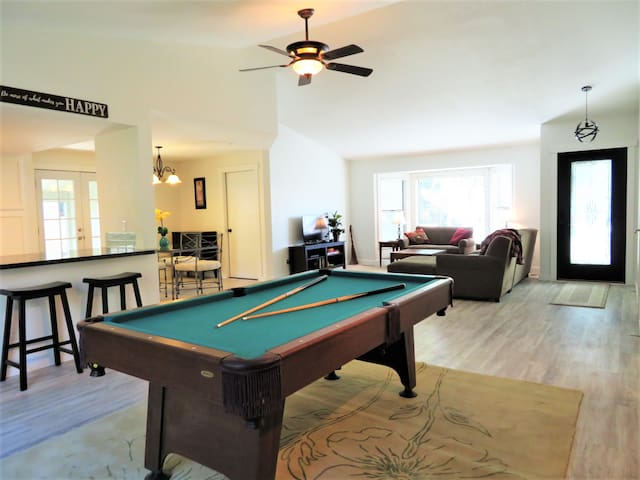 Newly Renovated 4 BDR Home w/Laundry, Pool Table