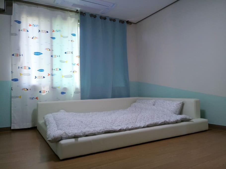 1층 침실 : 저상형 퀸베드와 암막커튼/침대가 낮아서 유아들에게도 안전해요