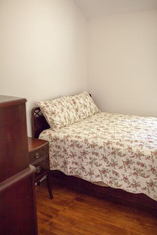 2nd small bedroom