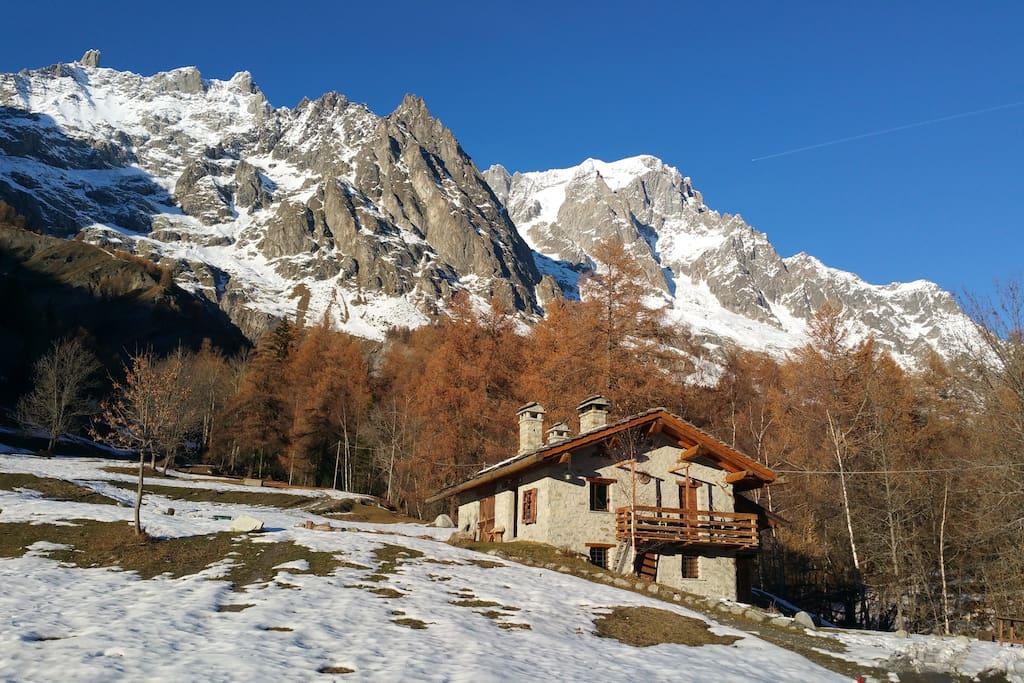 Prima neve alla fine dell'autunno. Sullo sfondo Dent du geant, Aiguille de Rochefort e Grand Jorasses.