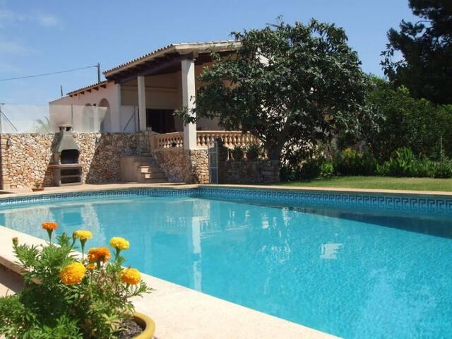 Strandnahe Pool-Finca bei Calas de Mallorca für 6P