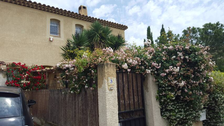 Entourée d'un jardin aux mille senteurs...jasmin, roses, chèvrefeuille...