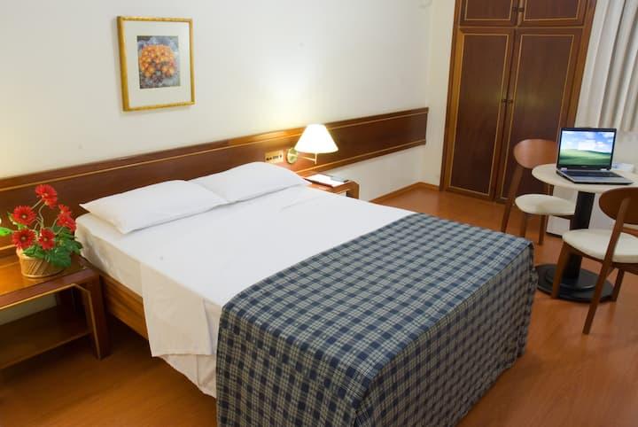 Apto Casal, ótima localização e serviço de hotel