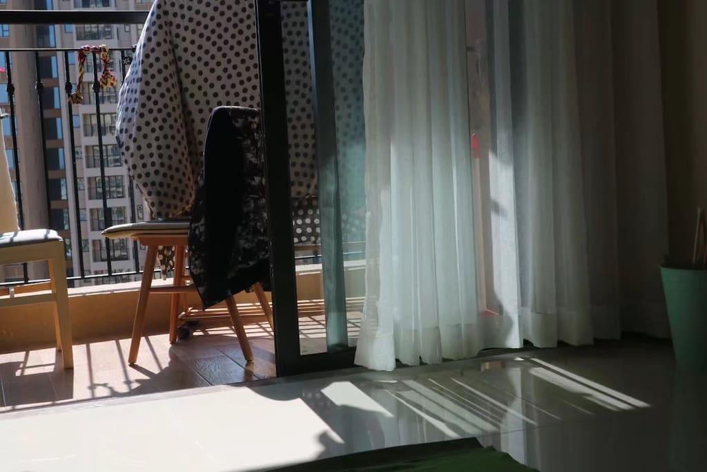 冬日暖阳,阳台晒被