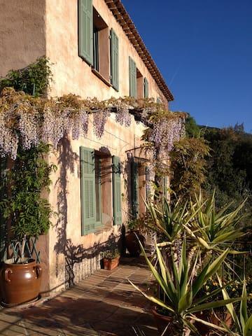 Villa provençale dans la verdure - Gattières - House