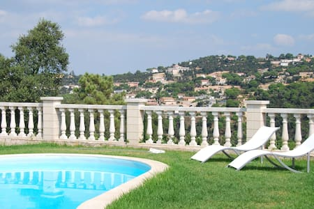 Detached villa on one floor, with garden, private pool and nice views
