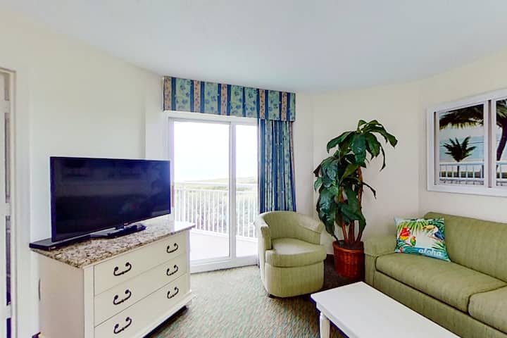 2nd floor ocean view condo w/private balcony, central AC, shared pool, free WiFi