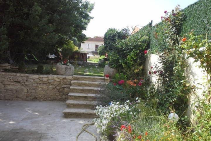 Appart beaucoup de charme avec  jardin et terrasse