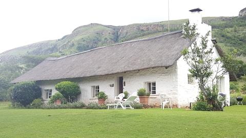 매력적인 태치 지붕 농장 집