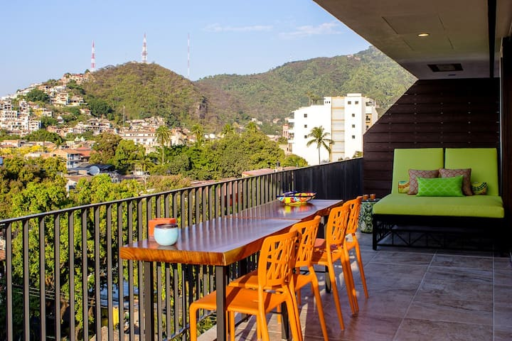 Private terrace with lots of seating, gas BBQ, never ending views of central park, ocean, and vibrant Basilio street