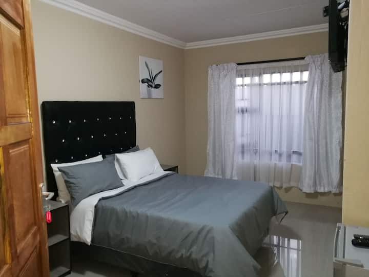 M n M Guesthouse: Double bed with en-suite. Room 3