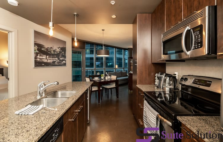 😍 Amazing 2BR DT Condo ♥ Hot Tub & Free Parking ♥