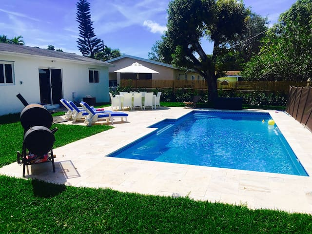 Entire Cute house with huge pool Coconut Grove