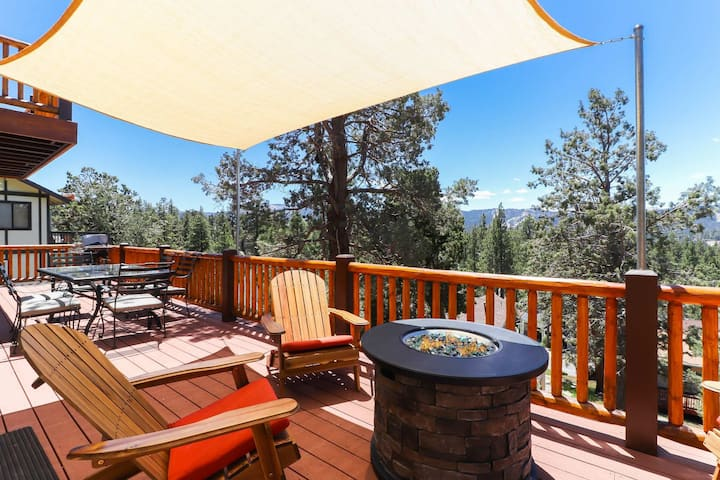 Mountain View Escape: Relaxing Views of the Snow Summit & Bear Mtn! Pool Table! WiFi & Streaming TV!