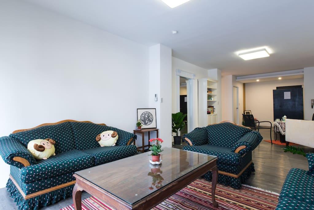 寬大的客廳,休息聊天的好地方。  Large living and family room.