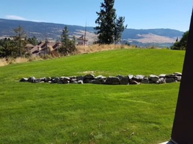 Kelowna condo between two world class golf courses