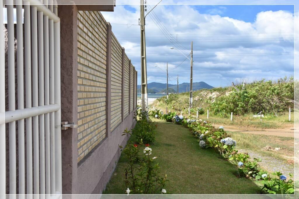 Vista do portão do apartamento em relação ao mar