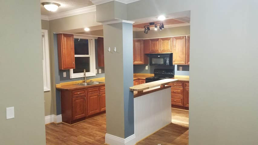 Spacious 5 Bedroom w/ Full Kitchen & Dining Room
