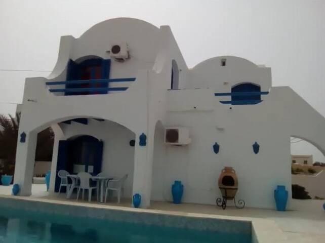 Chaleureuse Villa avec piscine richement meublée