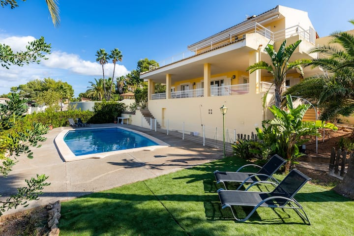Holiday Home Es Port Santa Ponça with Sea View, Wi-Fi, Balcony, Shared Garden, Terrace & Pool; Street Parking Available