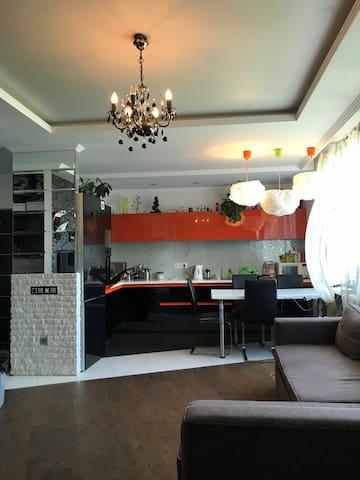 Современная Квартира - студия 80 м2 в самом центре