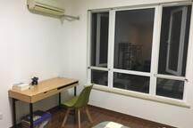 二樓朝南臥室一角之书桌