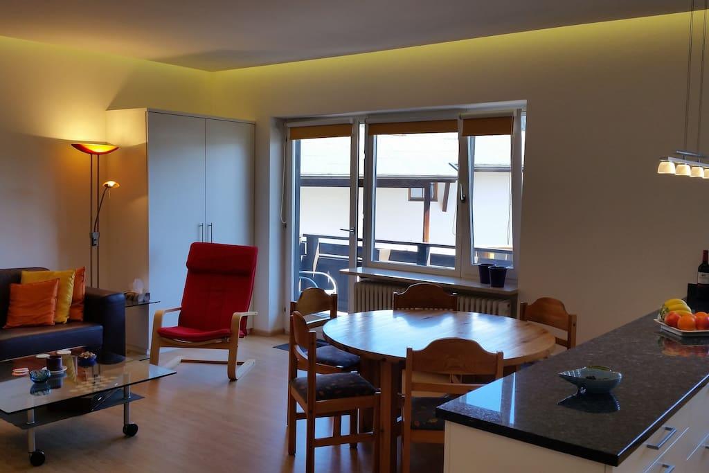 Bright living & dining room