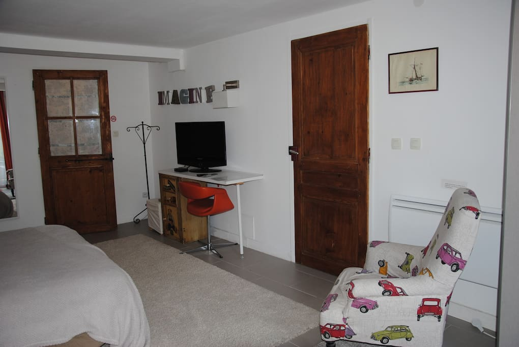 Télé, wi fi , bureau, salle d'eau derrière la porte vitrée en bois
