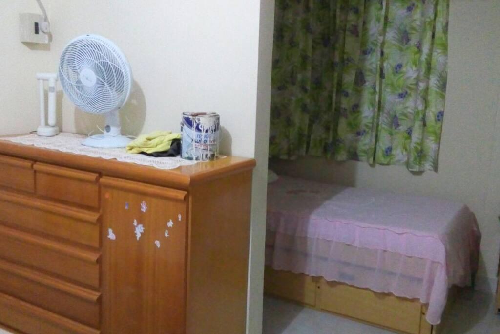 este é o quarto do andar térreo da casa, possui duas camas, uma de casal e outra de solteiro que puxa outra cama de solteiro conjugado à esta.