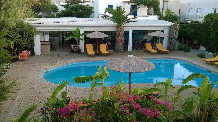 *Paros* triple rooms bb with pool in Parikia