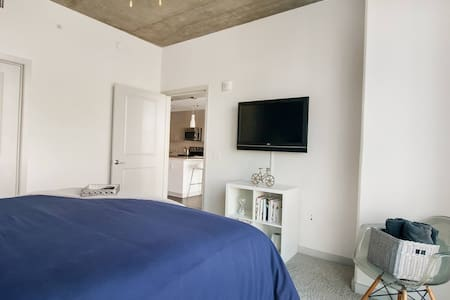 Rest and relax on a hotel quality king bed, draped in high count linens with plush pillows. The bedroom boasts floor to ceiling windows and breathtaking Midtown Atlanta views.