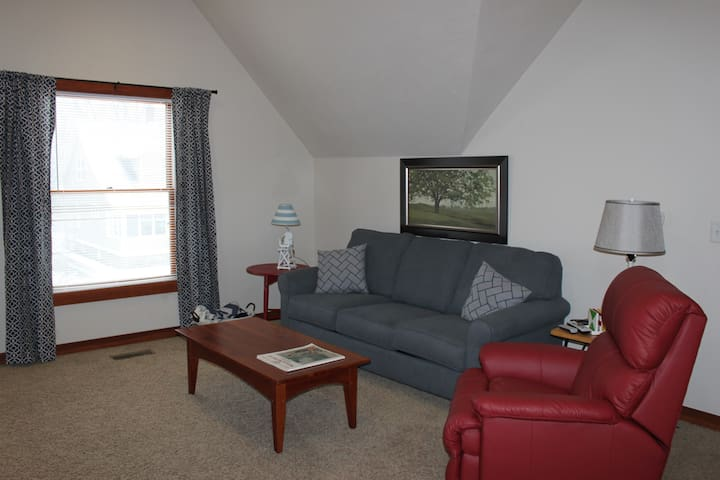 Cozy! Upstairs 1-Bedroom near downtown!