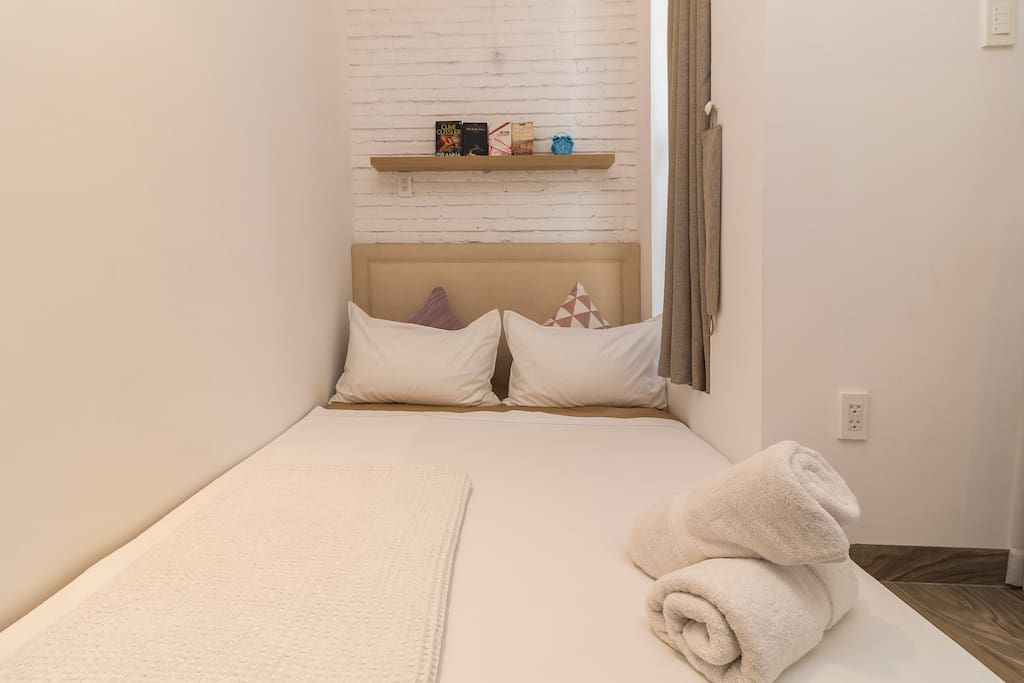 A full bed can accommodate 2 people the most, still comfortable!