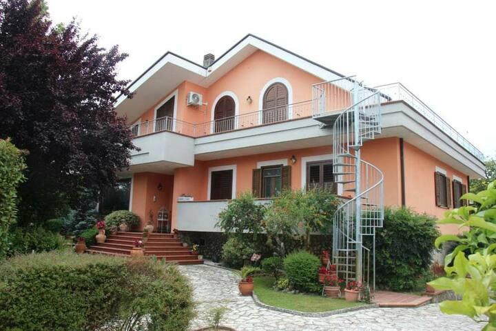 Appartamento indipendente in villa con giardino