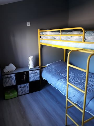 La chambre 2 ( 1 lit superposé = 2 couchages 1 place)