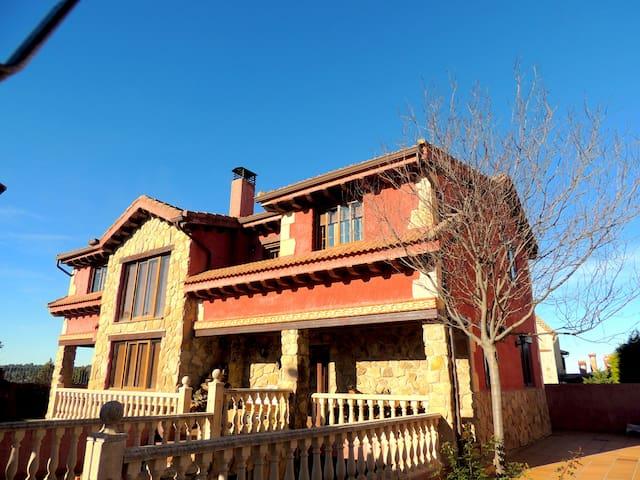 Casa Rústica con Piscina en la Sierra 4hab. 400m2 - Prádena - Chalet