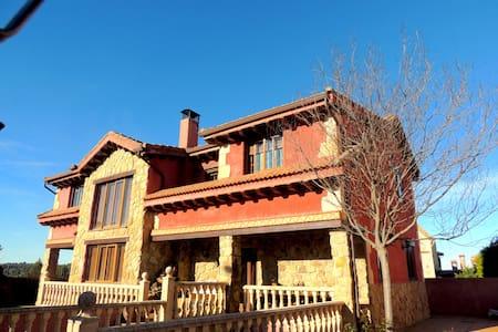 Casa Rústica con Piscina en la Sierra 4hab. 400m2 - Prádena - Almhütte