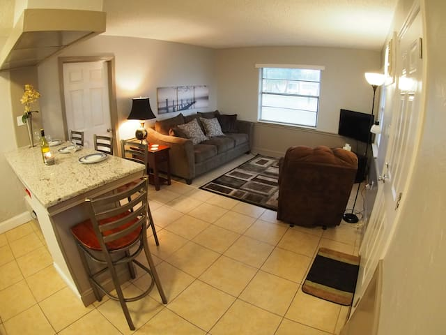 Entire 1 Bed, 1 Bath Apt - Walk to the Beach!