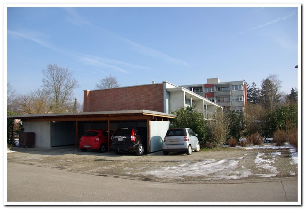 Parkplatz (rechts) / parking space (on the right)