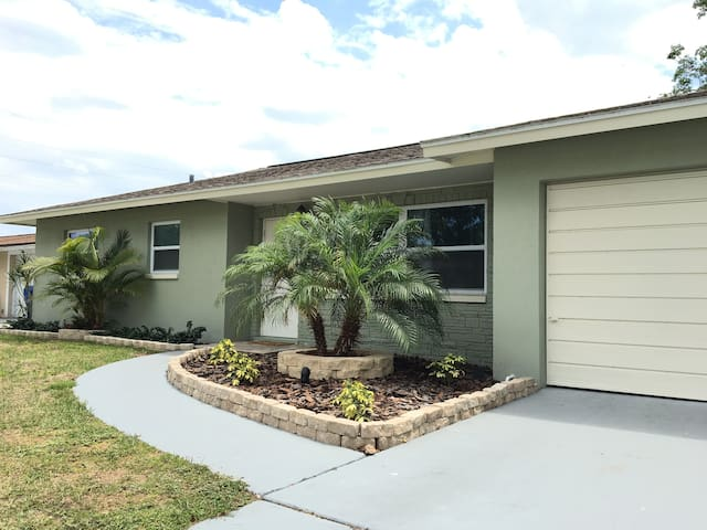 3 BR/2 BR house 6 min to beach, pool comming soon - Seminole - Hus
