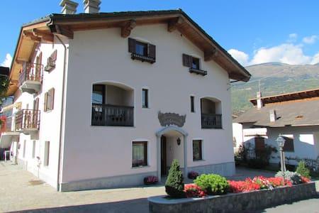 alloggio in tipico stile valdostano - Fénis - Apartmen