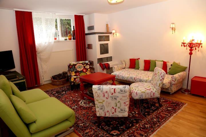 liebevoller Wohnraum mit Kachelofen & Frühstückstheke