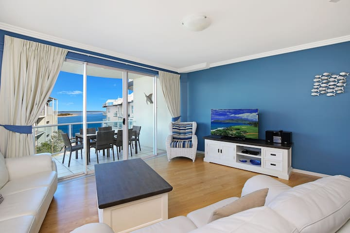Beach-style water view penthouse - Caloundra - Appartement