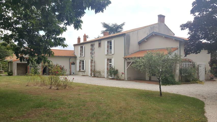 Chambre agréable et spacieuse - La Roche-sur-Yon - Rumah