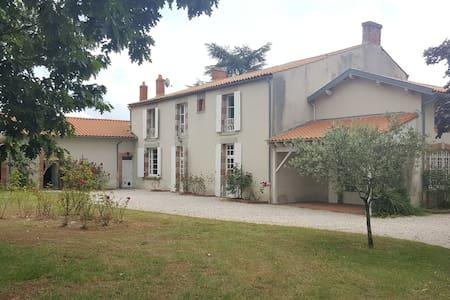 Chambre agréable et spacieuse - La Roche-sur-Yon - House