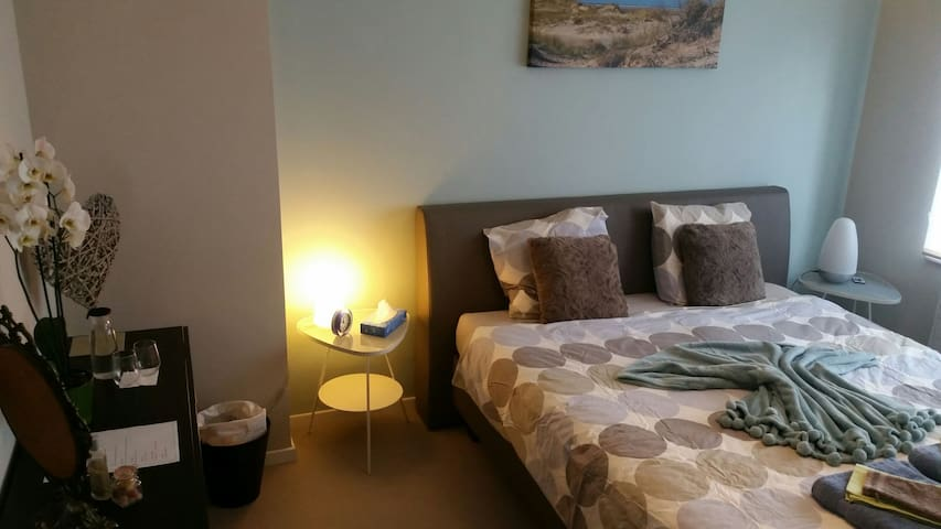 BLUE ROOM- Nice room (King size) with breakfast - Leuven - บ้าน