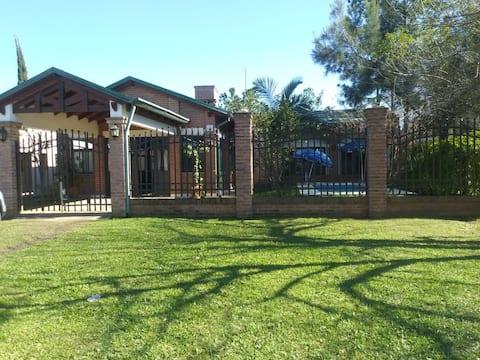 Cómoda casa con piscina Directv y WIFI aire ac.