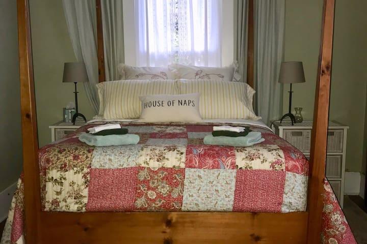 Sewanee comfortable Green Room